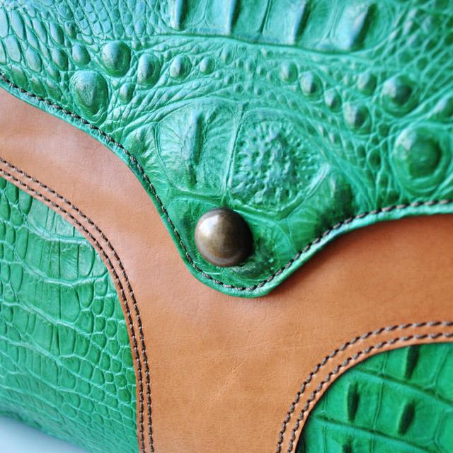 Выполнена из красивой текстурной кожи крокодила. Две ручки, застежка-молния, бронзовая фурнитура. Сделано в Италии. Фото 4