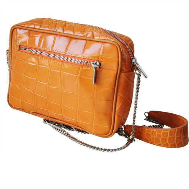 Оригинальная сумка небольшого размера. Выполнено из лаковой текстурной кожи. Ремешок - цепочка на плечо, застежка-молния, серебреная фурнитура. Фото 2