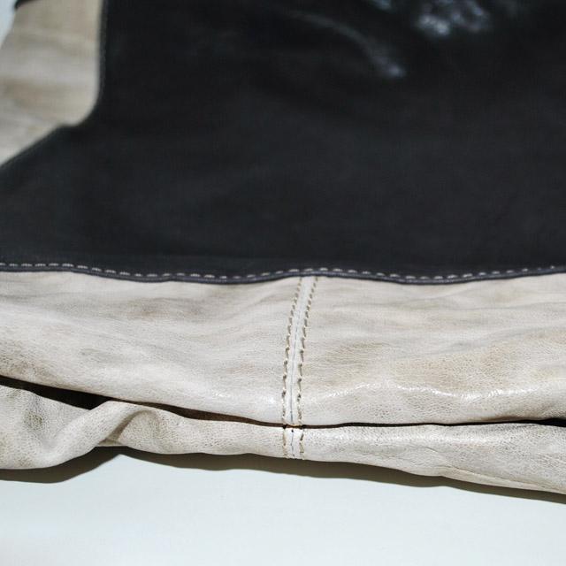 Сумка выполнена из красивой текстурной кожи в комбинации двух цветов. Фото 4