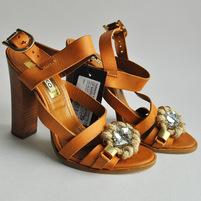 Одноцветные босоножки с боковой пряжкой, скругленный носок, стразы, контрастные аппликации, деревянный каблук. Картинки: 1