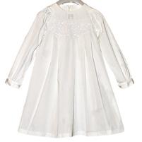 Светлое платье украшена паетками на груди. Фото: 2