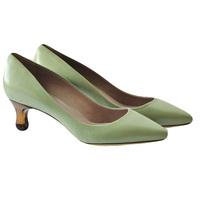 Зеленые кожаные туфли запатентованная стелька, острый носок, подошва из кожи. Высота каблука: 4 см. Картинка: 1