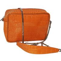 Оригинальная сумка небольшого размера. Выполнено из лаковой текстурной кожи. Ремешок - цепочка на плечо, застежка-молния, серебреная фурнитура. Фото 1
