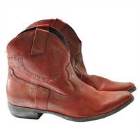 Кожаные ботинки с видимой строчкой. Украшен заклепками. Высота голенища 13 см. Окружность голенища 29 см. Картинка: 1